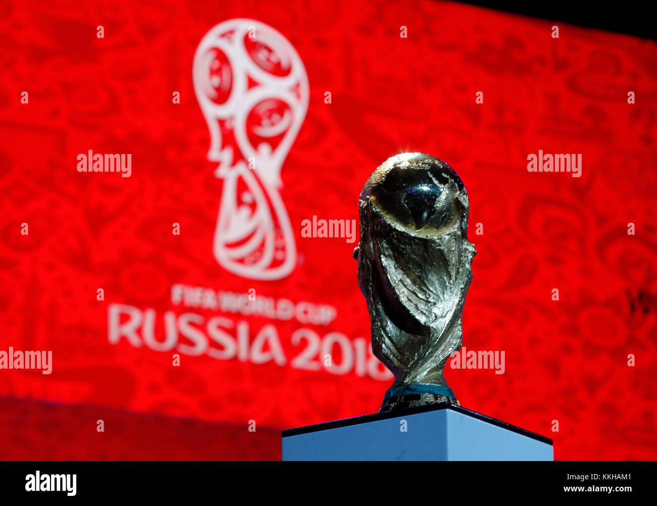 Moskau, Russland. 29th Nov, 2017. Der FIFA- Weltpokal/Trophaee, Trophy vor dem Logo der WM 2018. Fussball: Auslosung zur FIFA- Fussball Weltmeisterschaft 2018 in Moskau, Russland 01.12.2017 - Football, Draw for the FIFA- World Cup 2018, Moscow, December 01, 2017  usage worldwide Credit: dpa/Alamy Live News Stock Photo