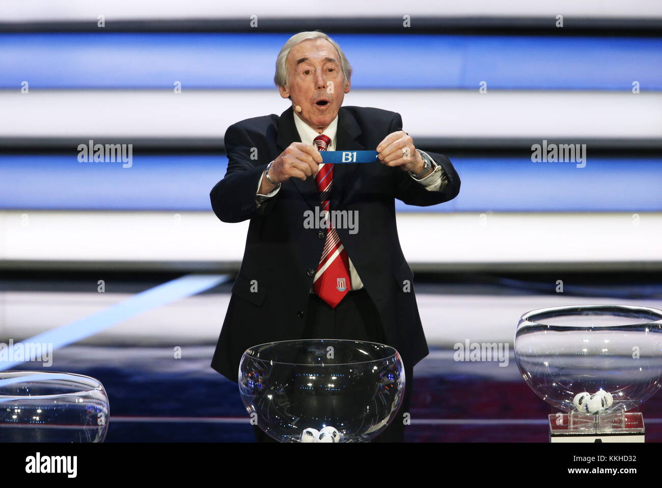 Moscow, Russia. 1st Dec, 2017. English retired goalkeeper Gordon Banks holds a slip at the 2018 FIFA World Cup final - Stock Image
