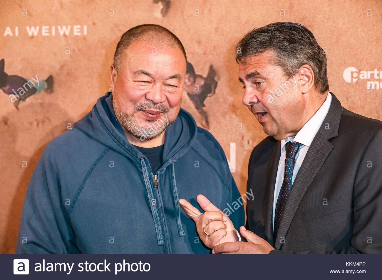 Der chinesische Konzeptkuenstler Ai Weiwei mit Bundesaußenminister Sigmar Gabriel bei der Deutschlandpremiere - Stock Image