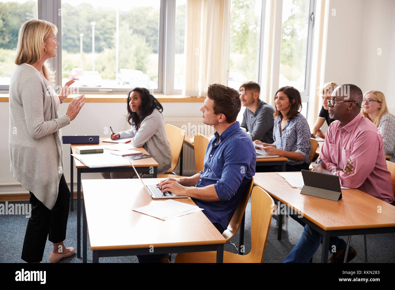 Female Tutor Teaching Class Of Mature Students - Stock Image