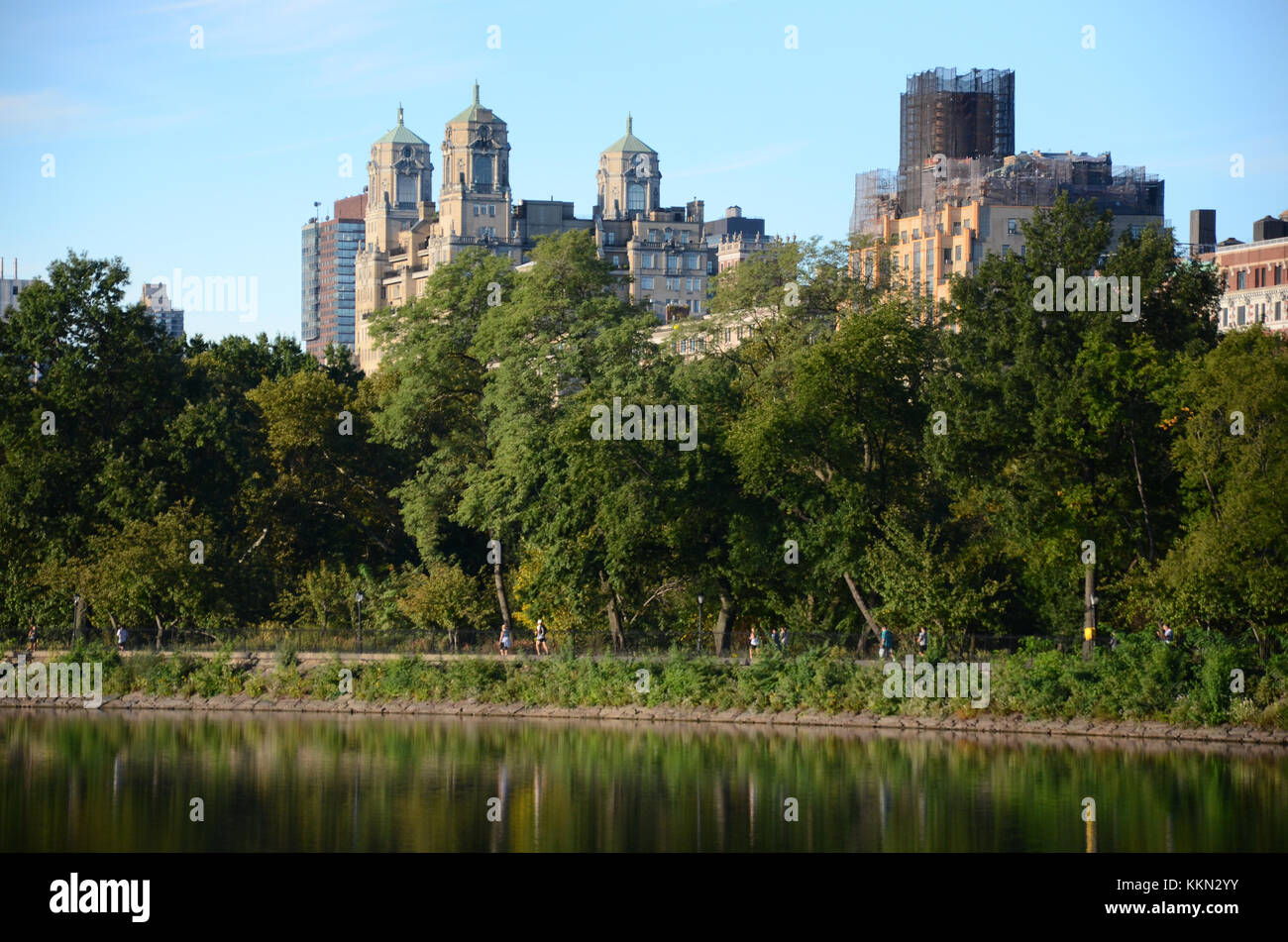 Skyscape in Central Park with the Jacqueline Kennedy-Onassis Resvoir in the foreground. - Stock Image