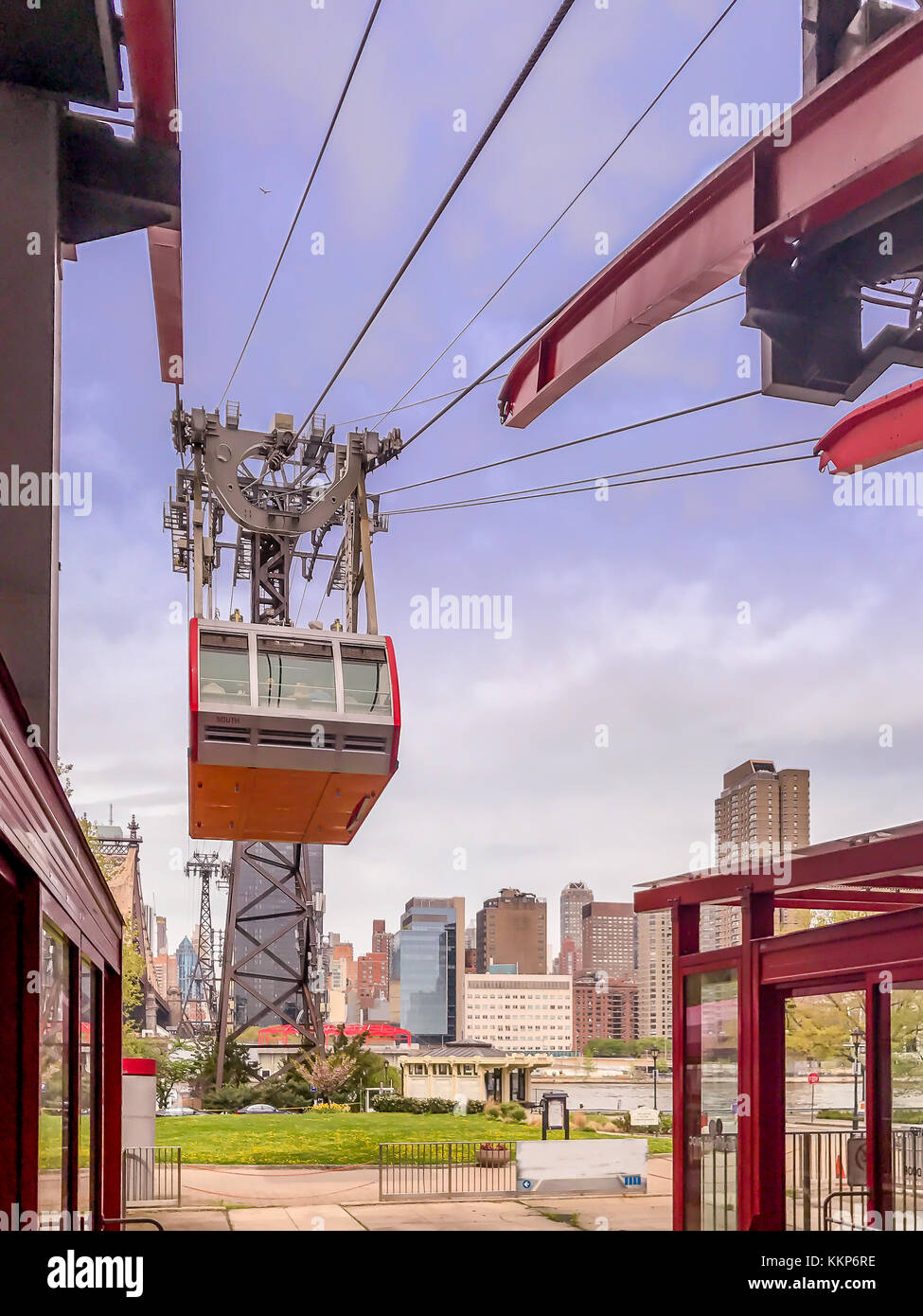 Airial tramway from Manhattan Island to Roosevelt Island, New York - Stock Image