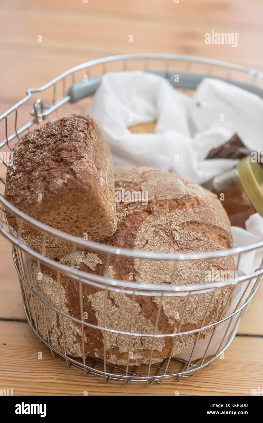 Buying bread without packaging, in the unpackaged 'Stückgut' shop, Altona, Hamburg, Germany - Stock Image