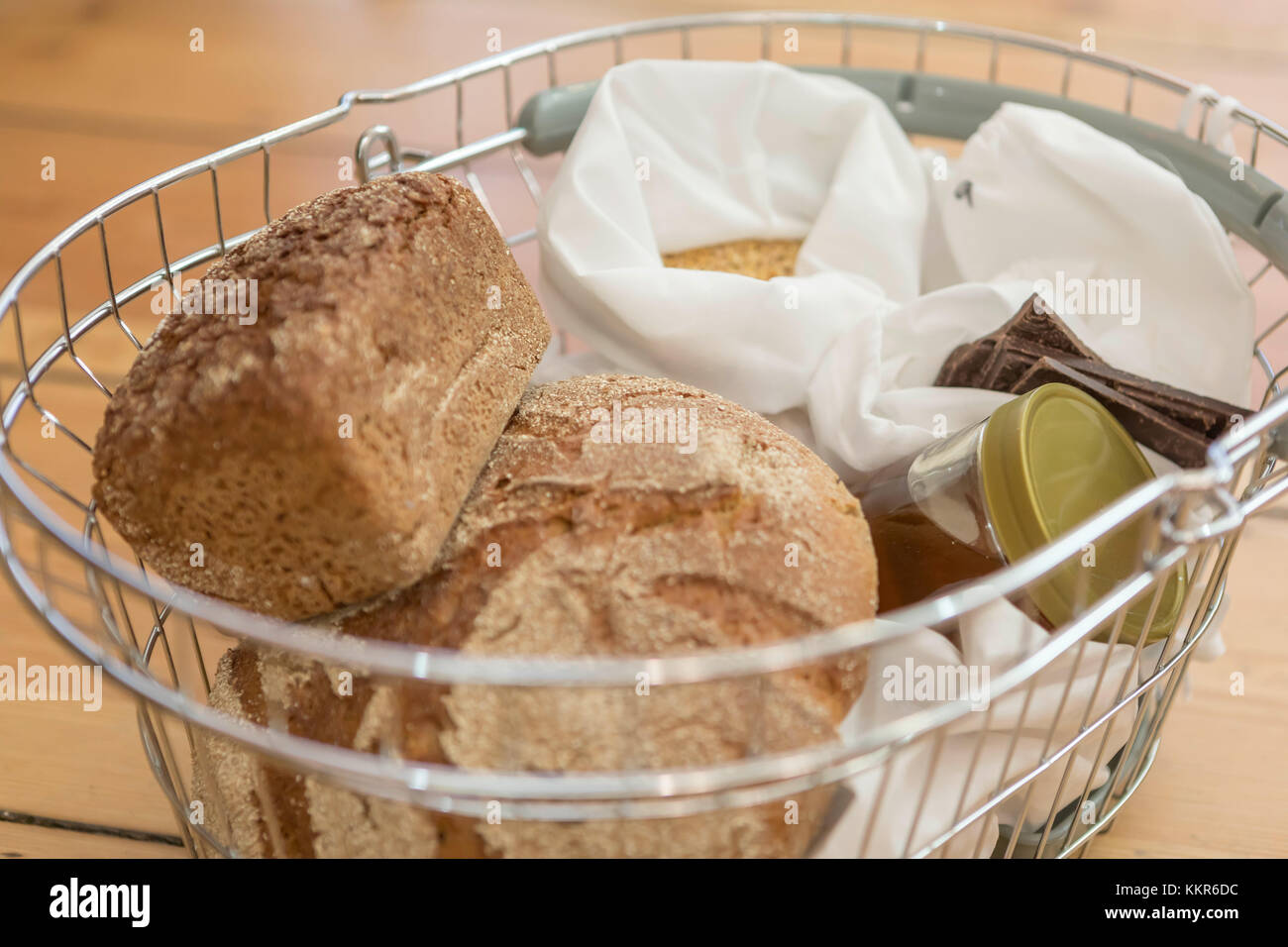 Buying bread and organic food without packaging, in the unpackaged 'Stückgut' shop, Altona, Hamburg, - Stock Image