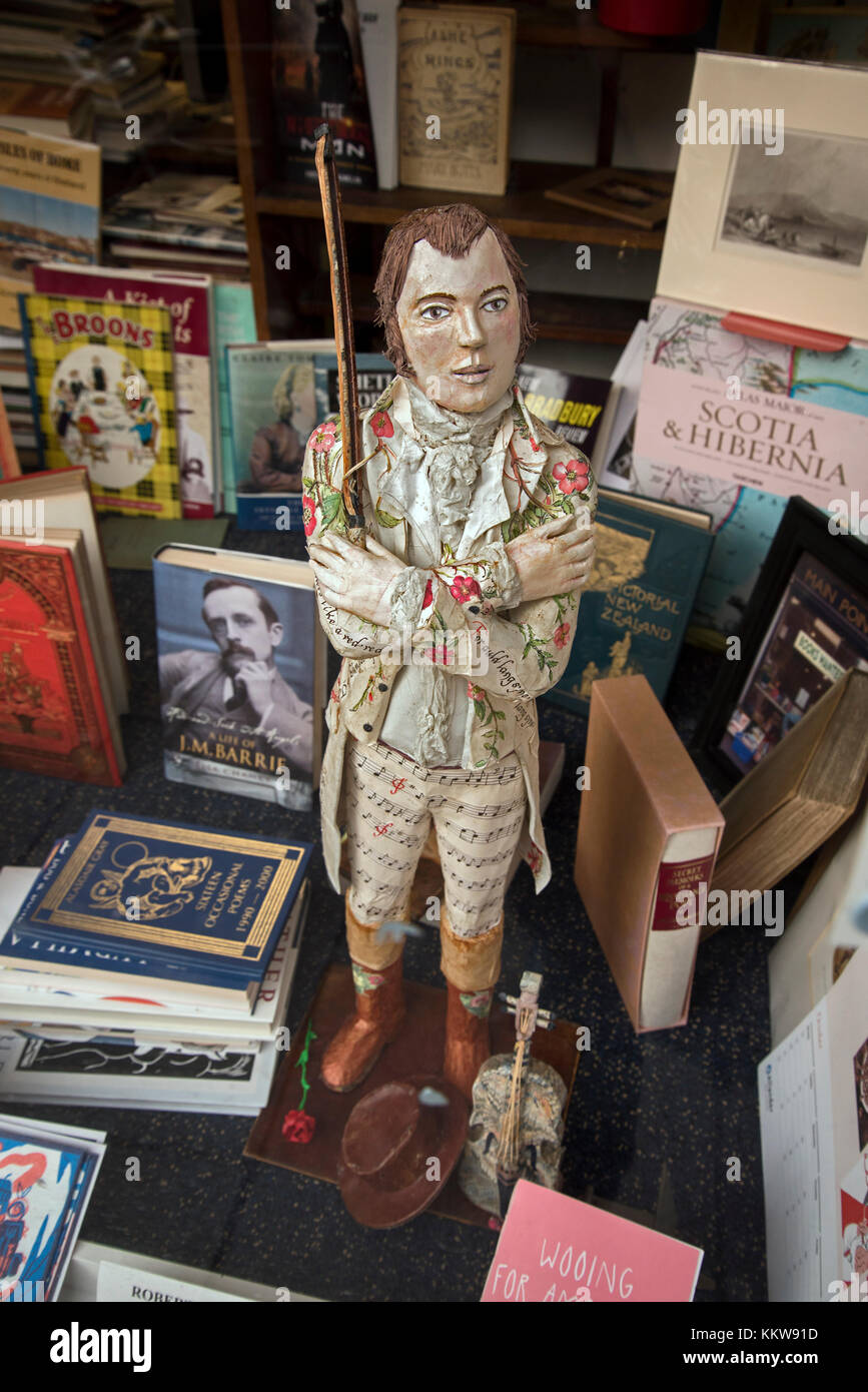 Model of the Scottish poet Robert Burns in the widow of a secondhand bookshop in Edinburgh, Scotland, UK. - Stock Image
