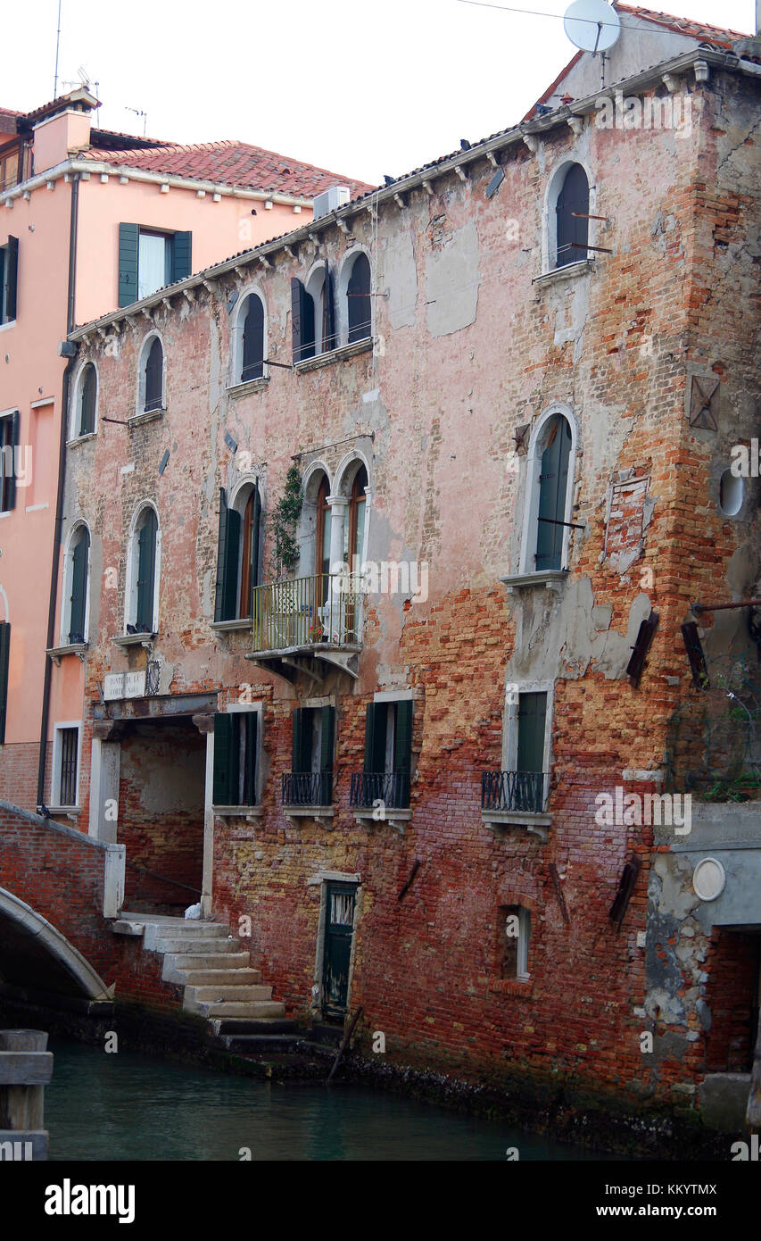 Crumbling ancient house, facing on to the Rio de S Antonin, beside the Ponte Nova, in the Sestiere di Castello, - Stock Image
