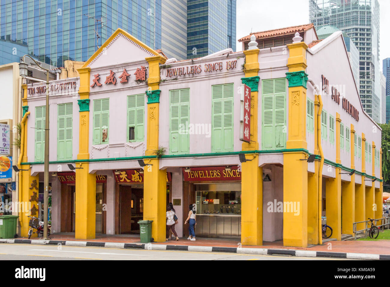 Typical Chinese shophouse building with modern buildings behind, South Bridge Road, Chinatown, Singapore - Stock Image