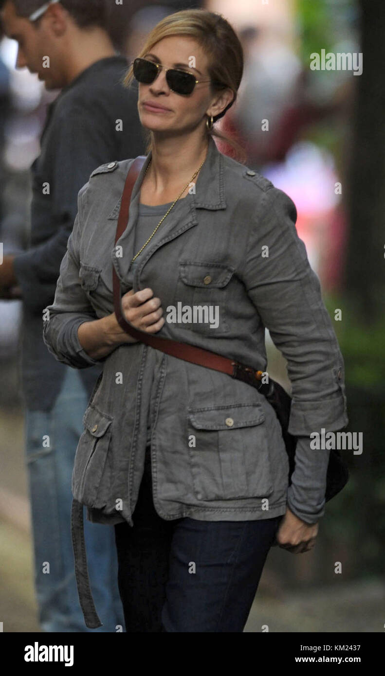 NEW YORK - AUGUST 03: Actress Julia Roberts films a scene on