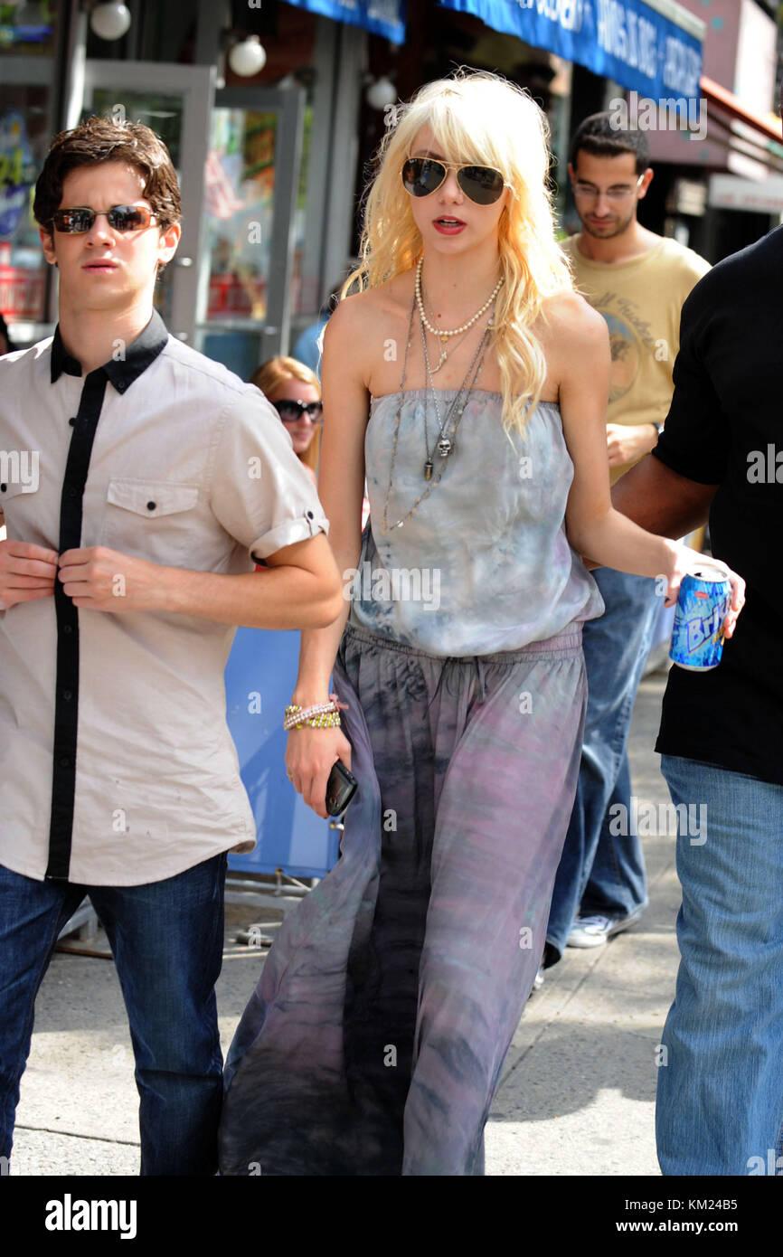 Taylor Momsen And Penn Badgley Kiss