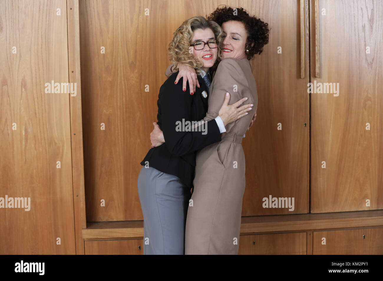Berlin, Germany. 04th Dec, 2017. Actresses Anke Engelke (L) and Maria Schrader during the shooting of the Amazon - Stock Image