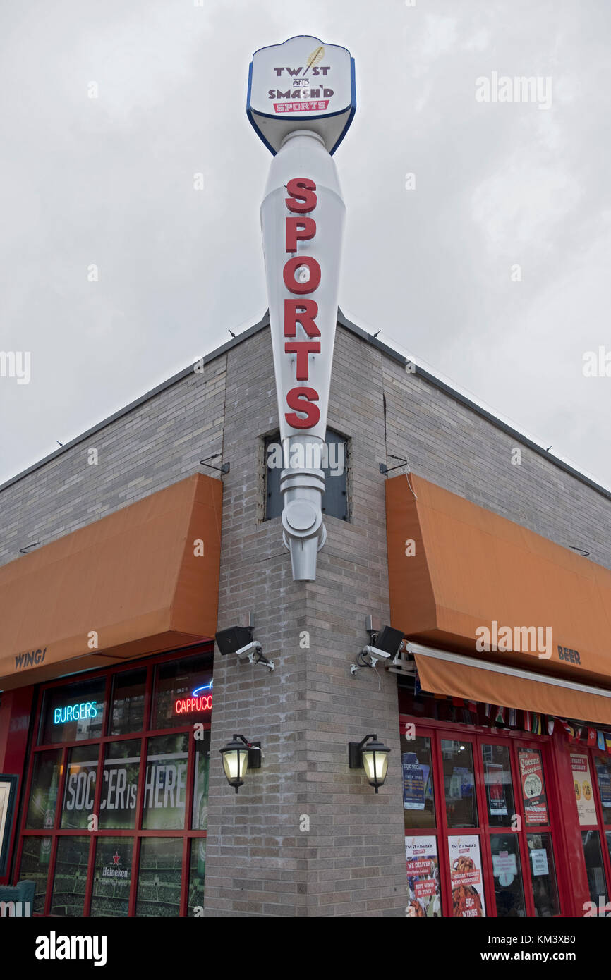 The exterior of the TWIST AND SMASH'D sports bar on Steinway Street in Astoria, Queens, New York City. - Stock Image