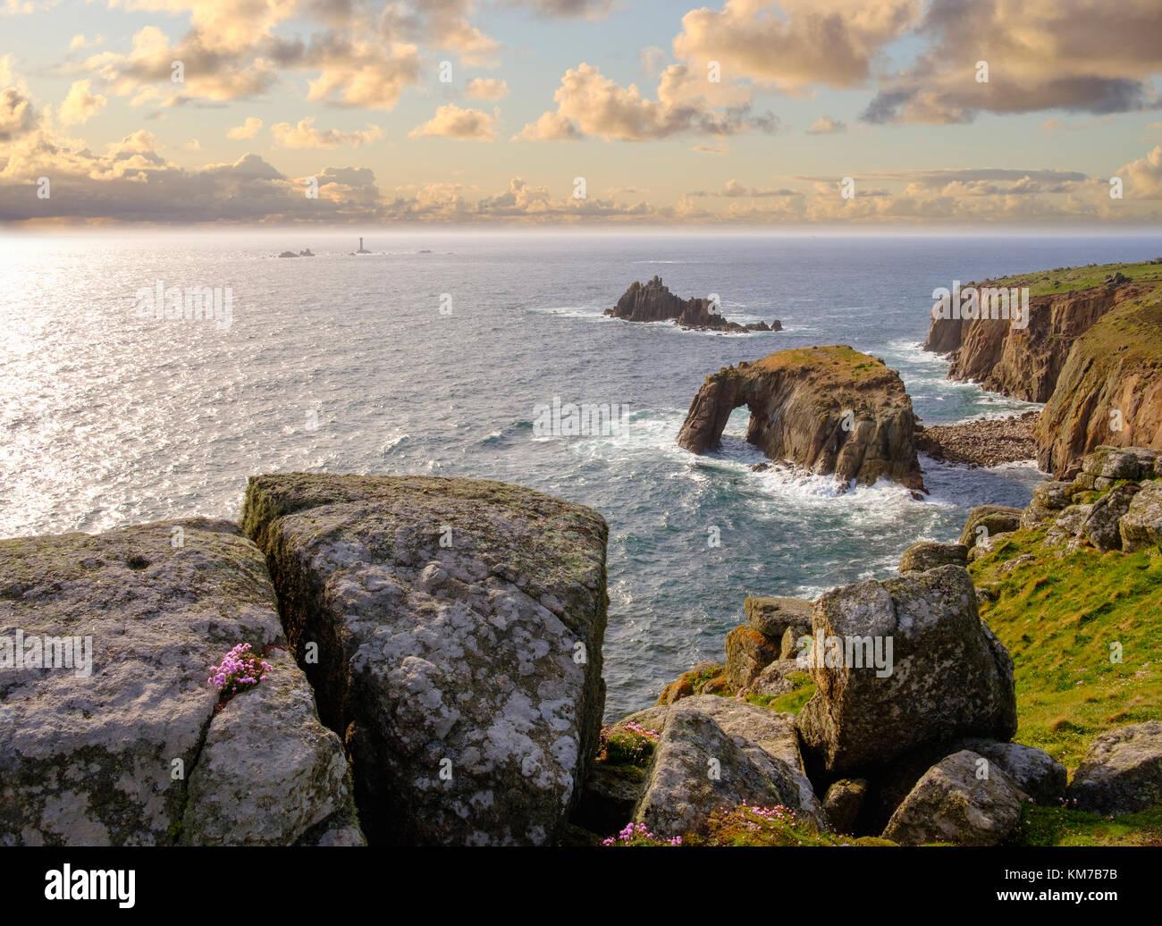 Steilküste mit Enys Dodman Rock, hinten der Longship Leuchtturm, Land's End, Cornwall, England, Großbritannien - Stock Image