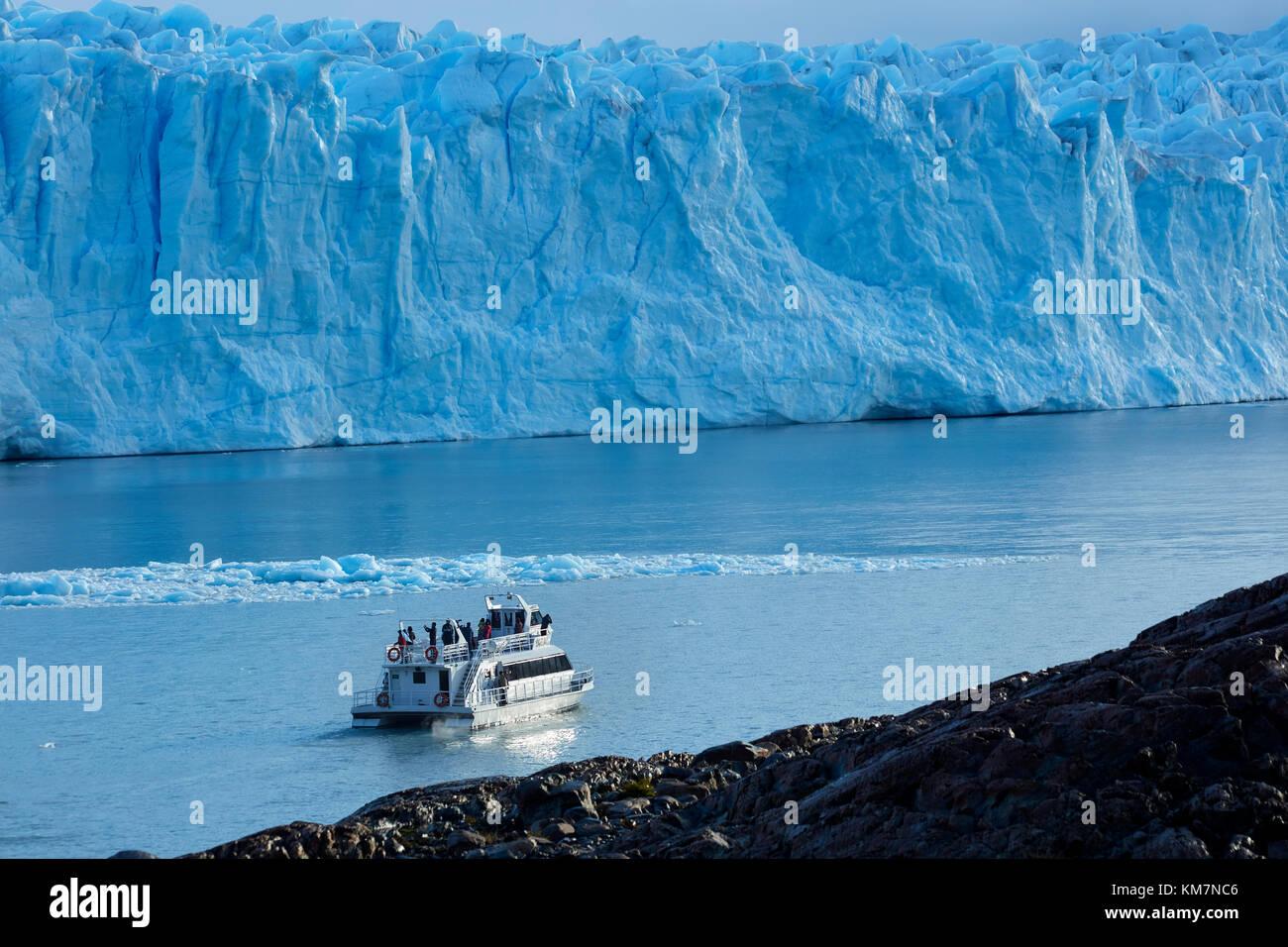 Tourist boat and Perito Moreno Glacier, Parque Nacional Los Glaciares (World Heritage Area), Patagonia, Argentina, - Stock Image