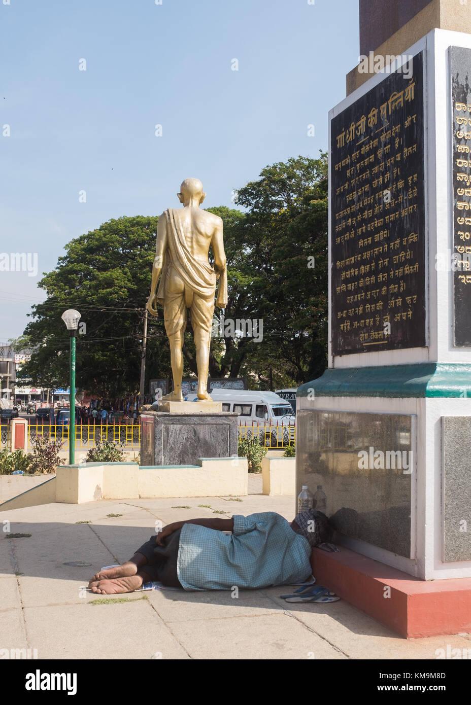 Man sleeping near Gandhi memorial, Mysore, Karnataka, India. - Stock Image