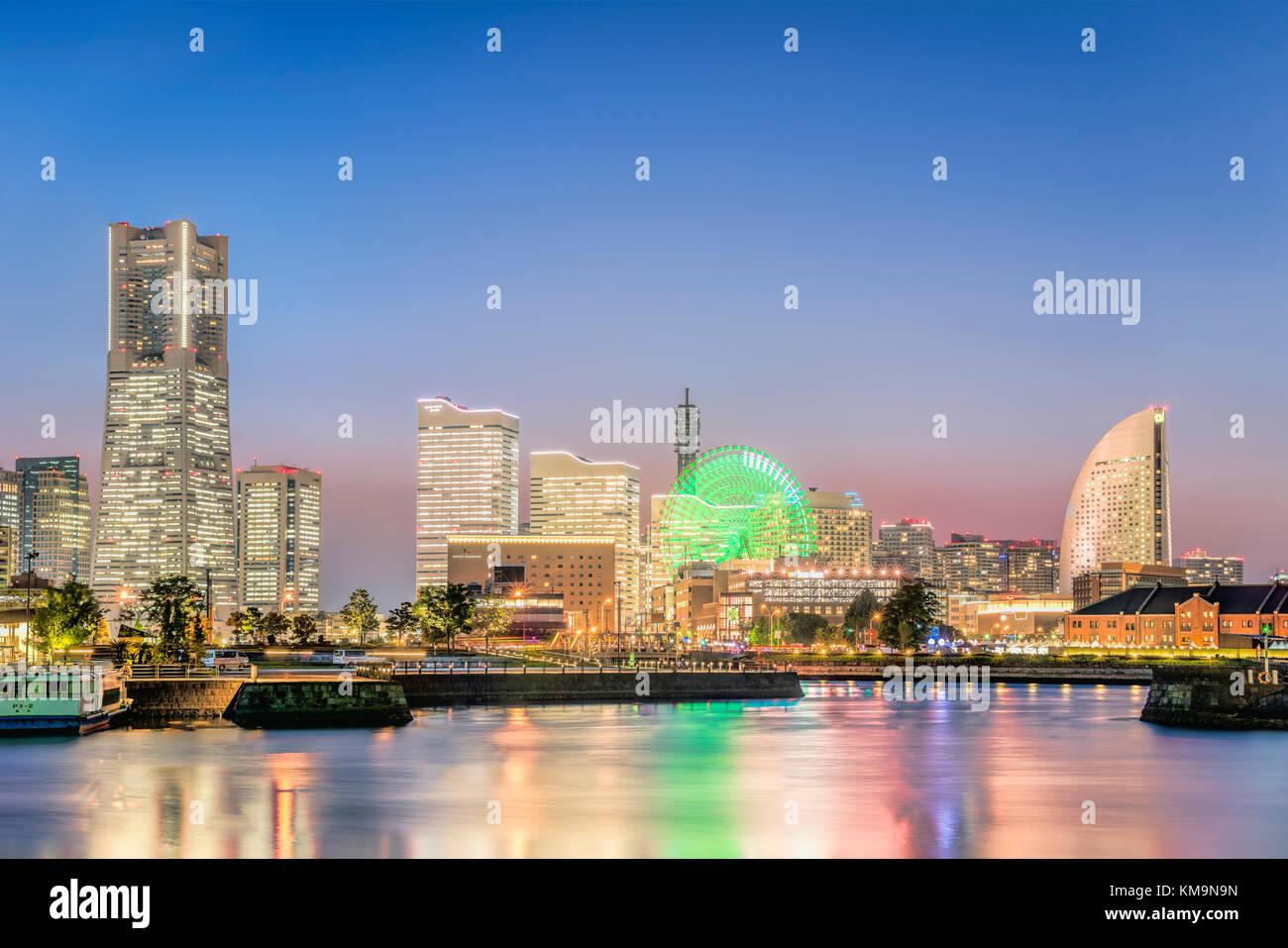 Illuminated skyline of Yokohama at dawn, Kanagawa, Japan | Beleuchtete Skyline von Yokohama am Abend, Kanagawa, - Stock Image