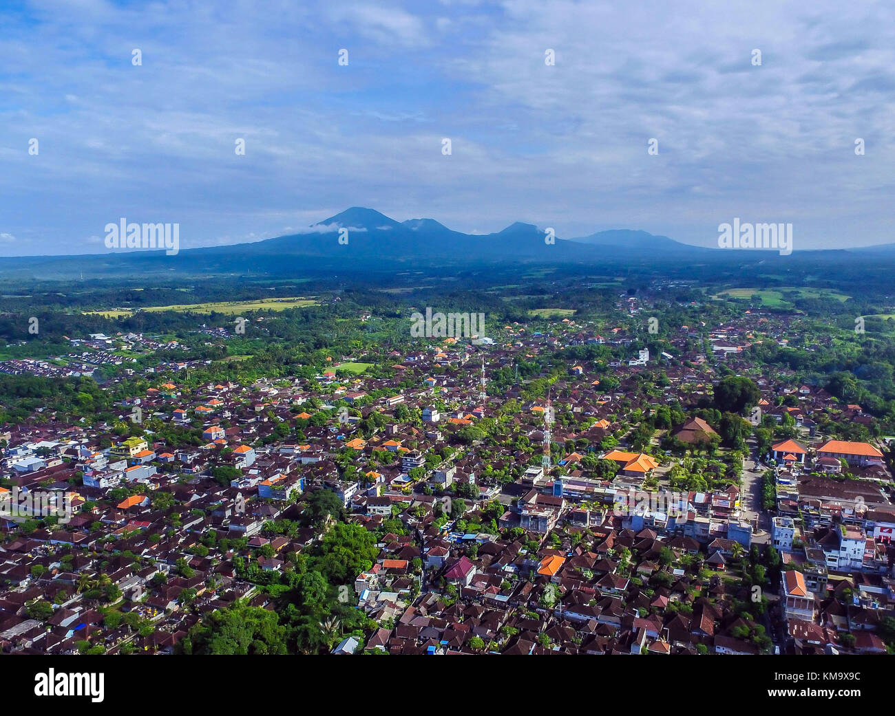 The city of Tabanan with mount Batukaru in the background - Stock Image