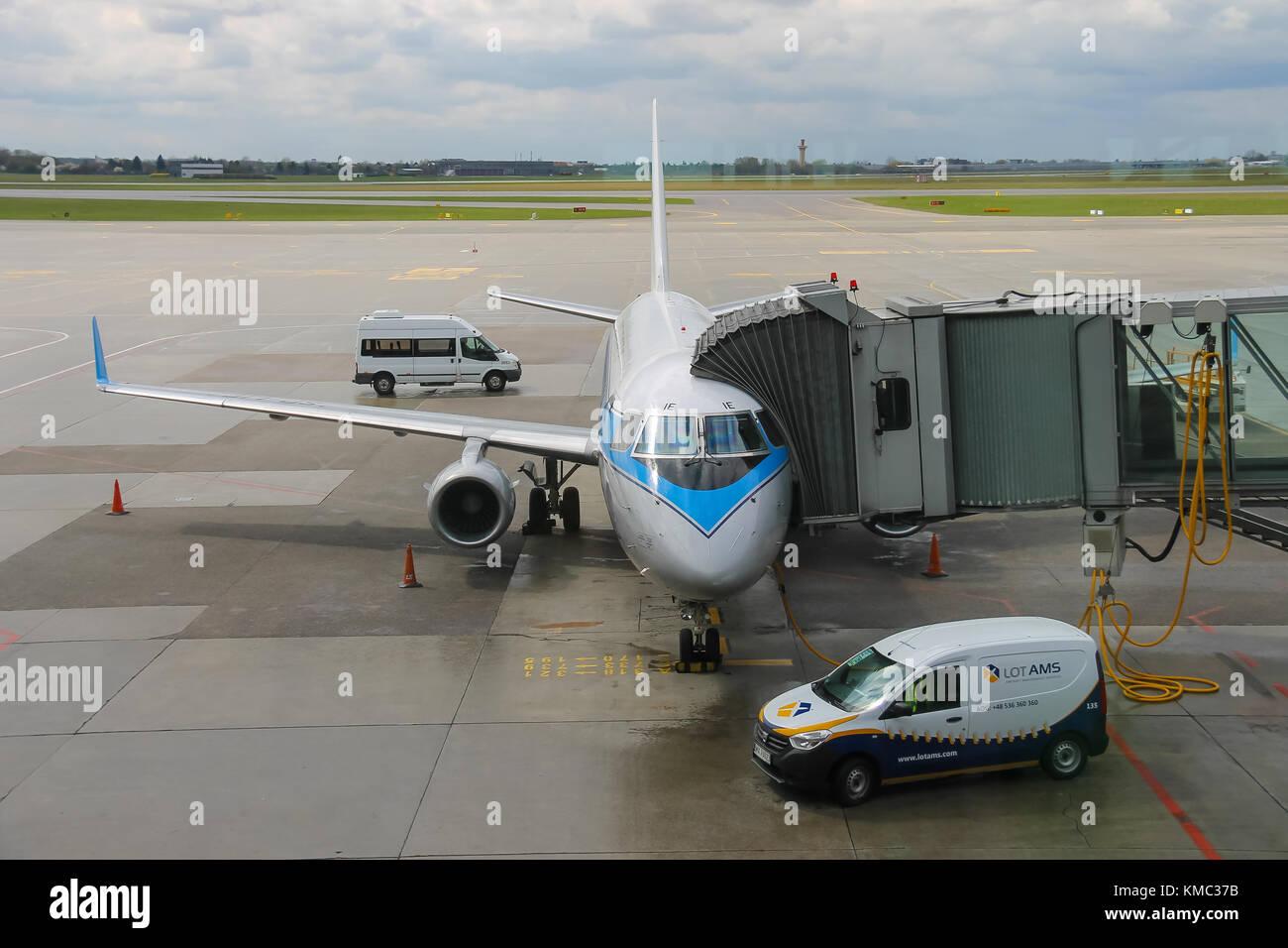 Aeroporto Waw : Warsaw poland apr 18 2015: preflight service of the plane in