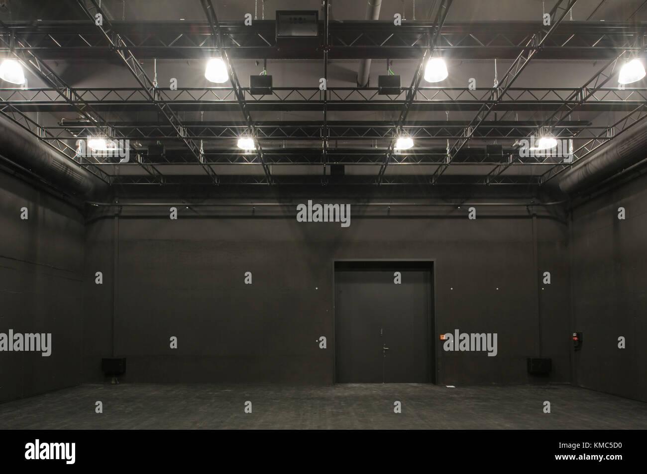 Hildesheim, Niedersachsen, Universität, Theater, Bühne, Raum, schwarz,leer, Scheinwerfer, Probe, Student - Stock Image