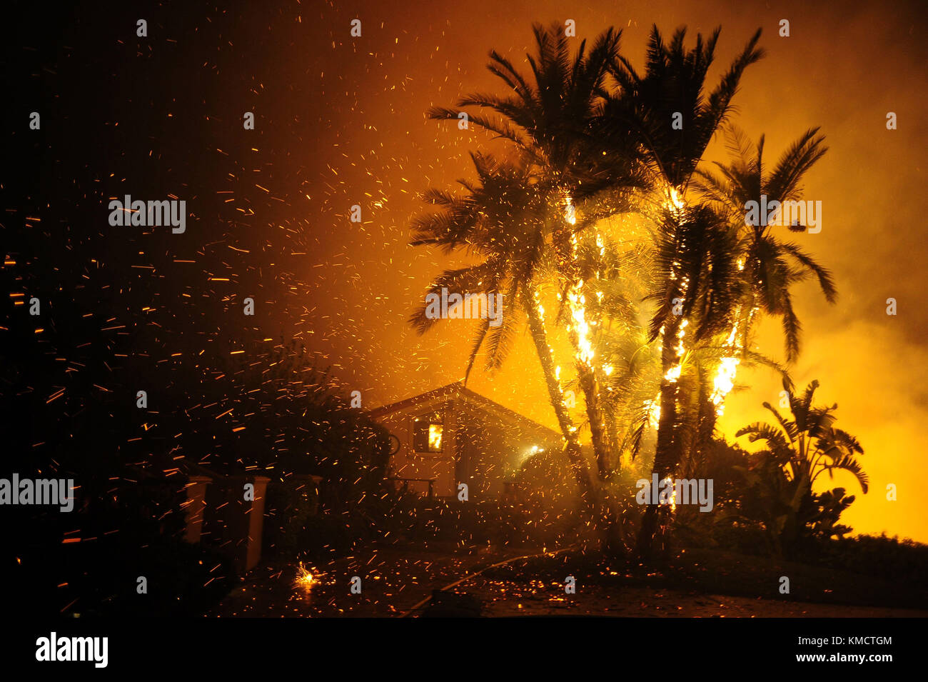 0306 Stock Photos Images Alamy Emas 05 Gran Santa Paula California Usa 5th Dec 2017 Fire Catches On A