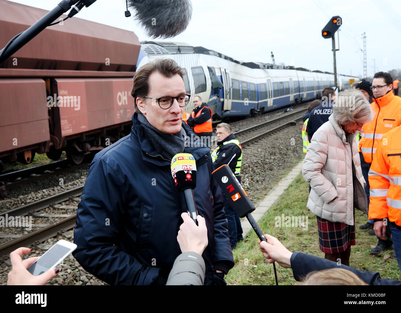 Meerbusch, Germany. 6th Dec, 2017. North Rhine-Westphalia's minister of transport Hendrik Wuest gives an interview - Stock Image