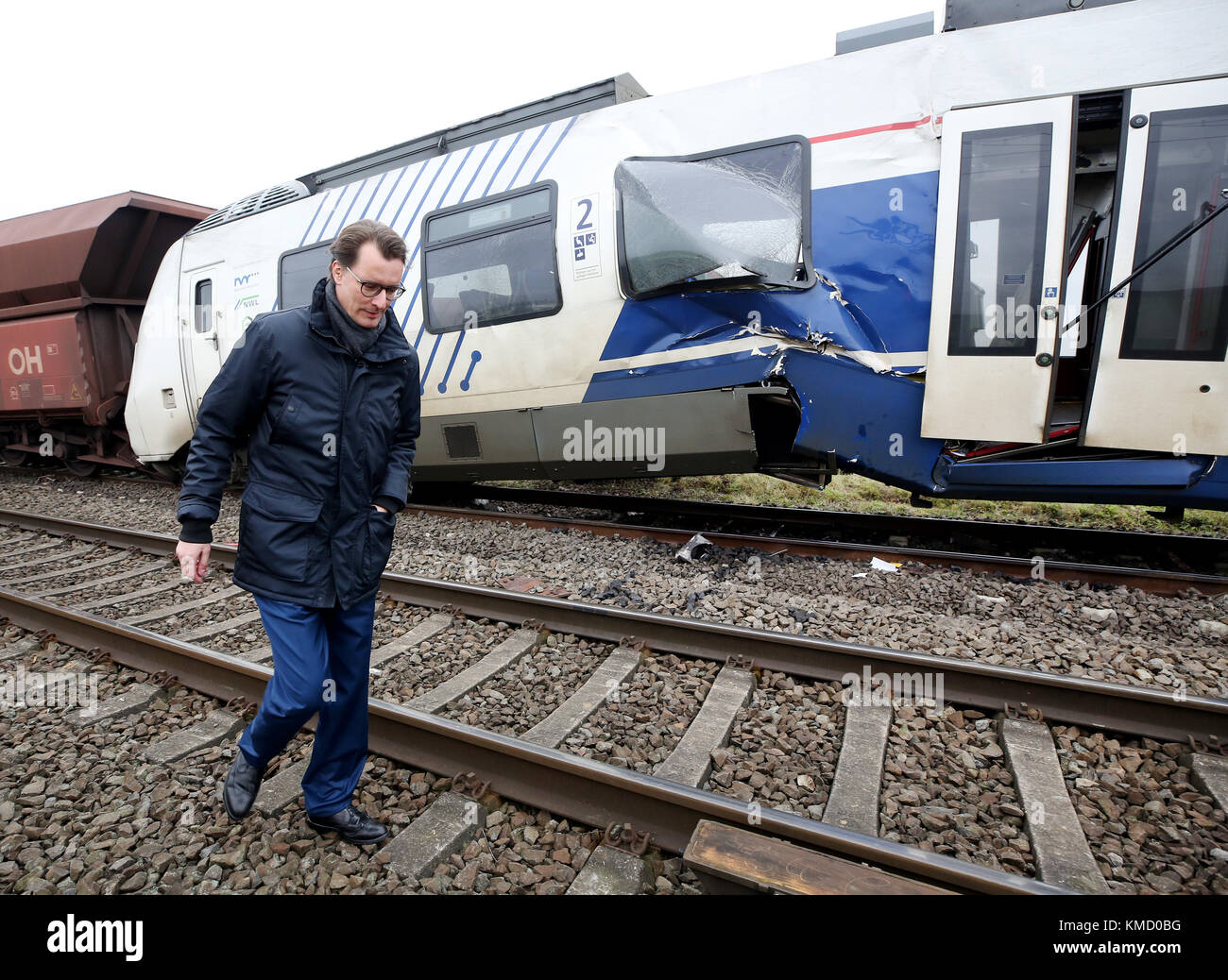 Meerbusch, Germany. 6th Dec, 2017. North Rhine-Westphalia's minister of transport Hendrik Wuest walks past the - Stock Image