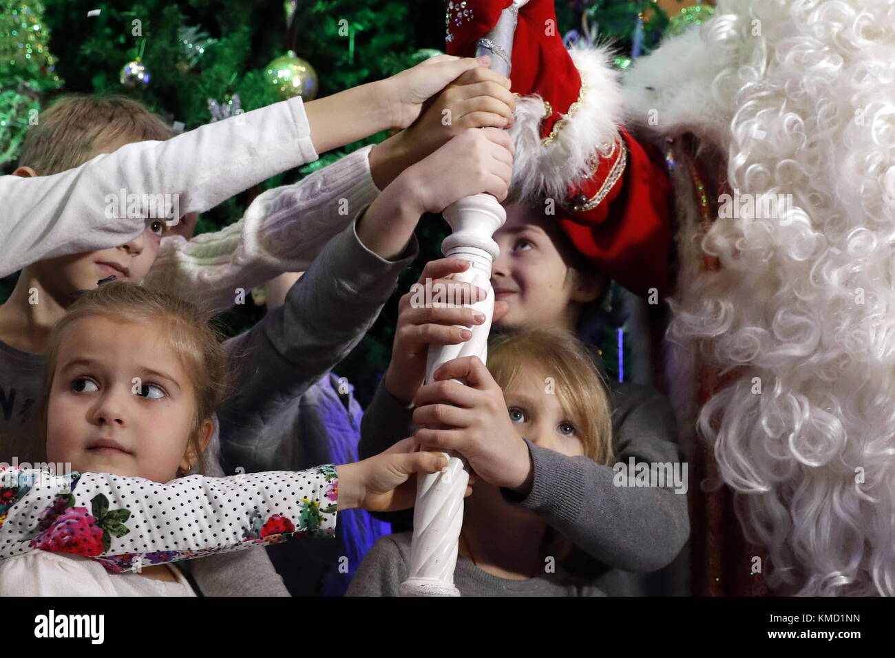 Moscow, Russia. 6th Dec, 2017. Children touch the staff of Father Frost from Veliky Ustyug at a press conference - Stock Image