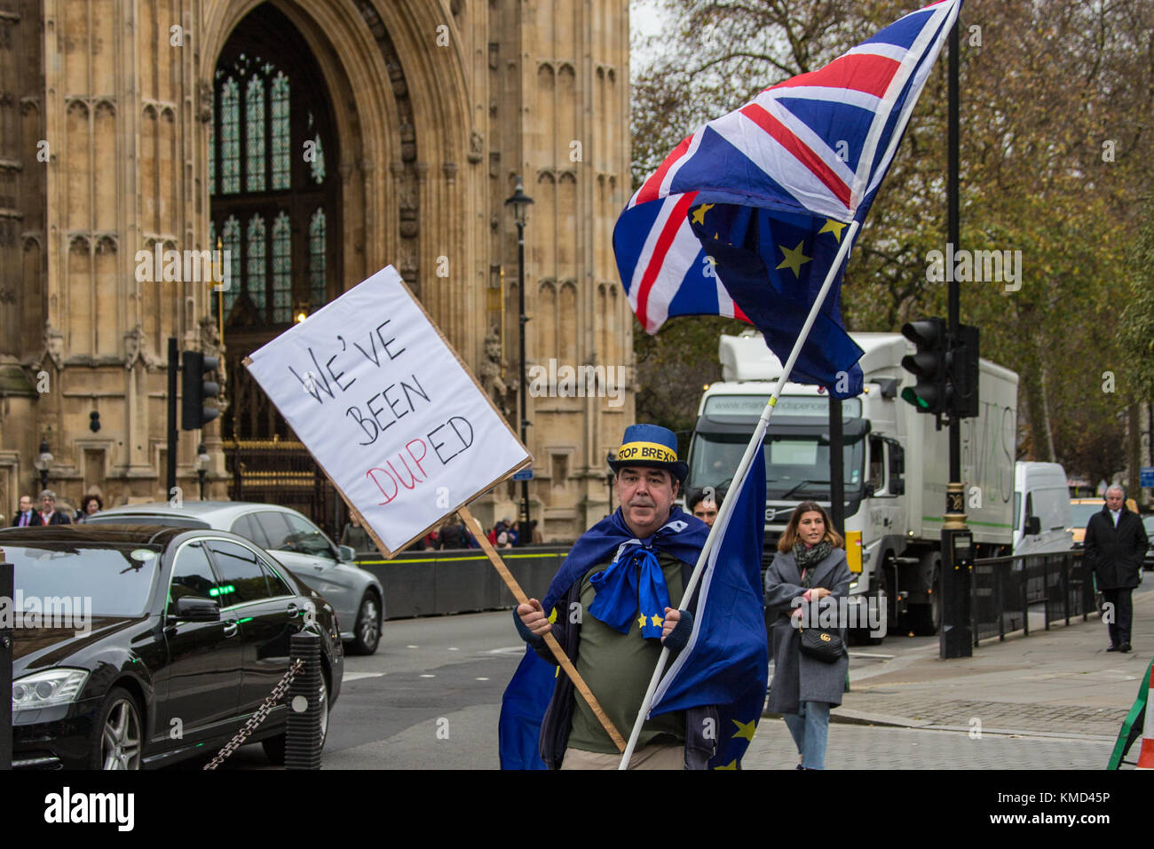"""London, UK. 6 December 2017.  """"We've been DUPed' Protester Stephen Bray wearing a Stop Brexit hat, holds a placard Stock Photo"""