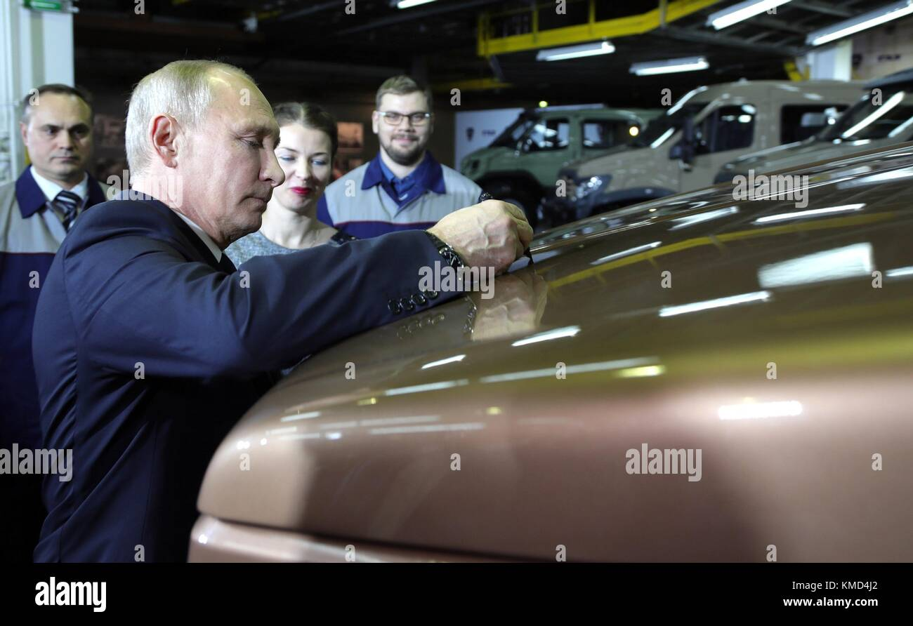 Nizhny Novgorod, Russia. 06th Dec, 2017. Russian President Vladimir Putin signs the hood of a vehicle during a tour - Stock Image