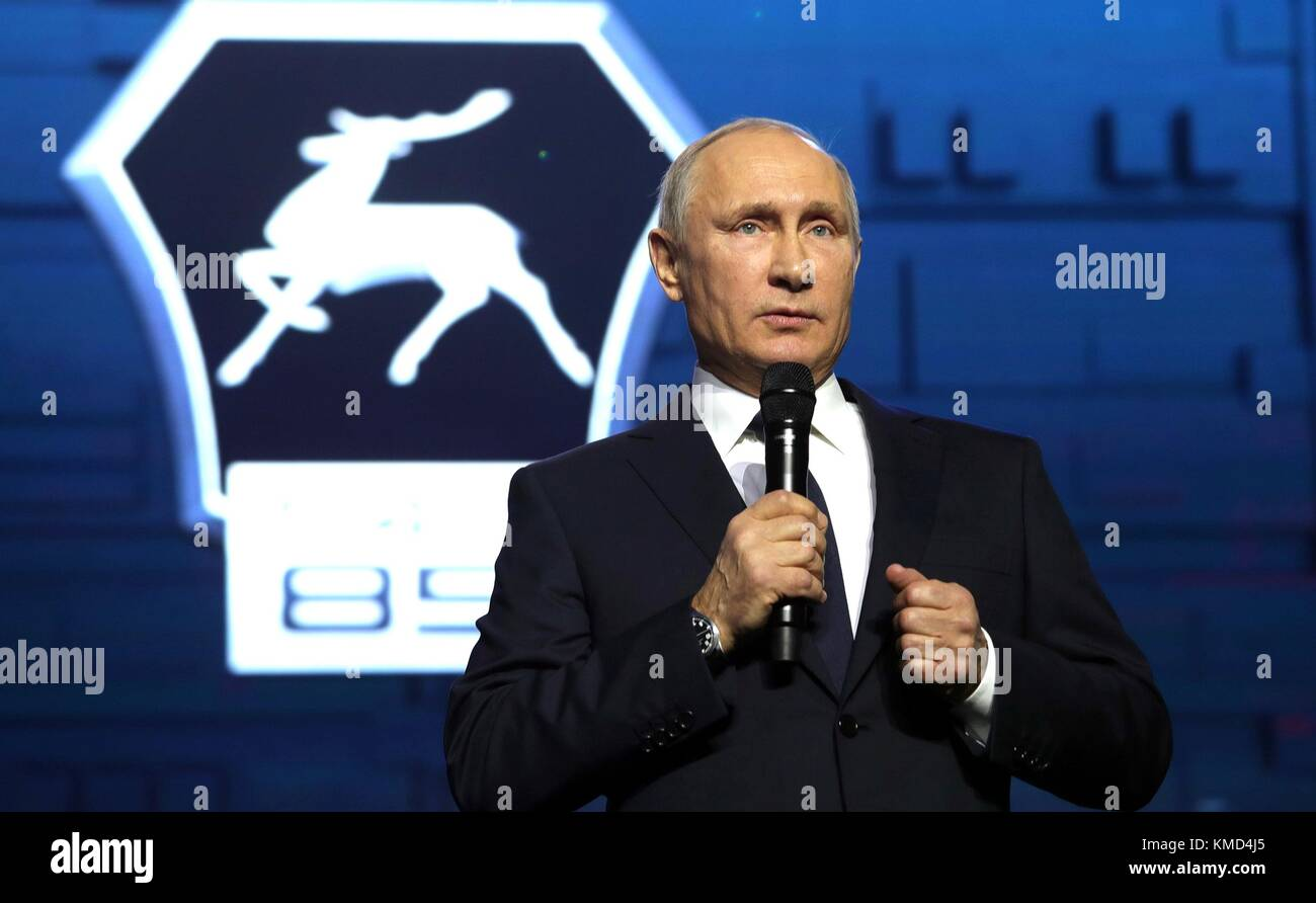 Nizhny Novgorod, Russia. 06th Dec, 2017. Russian President Vladimir Putin addresses workers at the GAZ Group Automobile - Stock Image