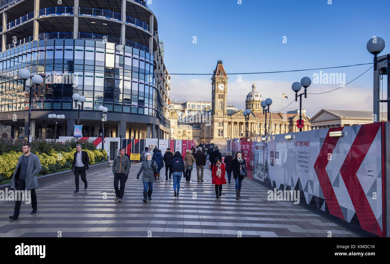 BIRMINGHAM, UK - DECEMBER 01, 2017: People on Paradise Pathway with  Big Brum Clock tower and Birmingham Museum - Stock Image