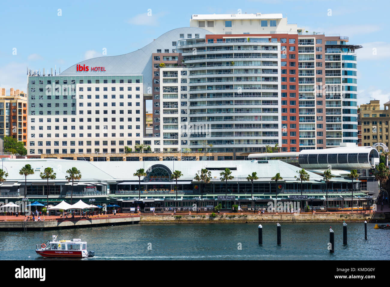 The Ibis Hotel stands above the Harbourside shopping & restaurant complex on Darling Harbour, Sydney, New South - Stock Image