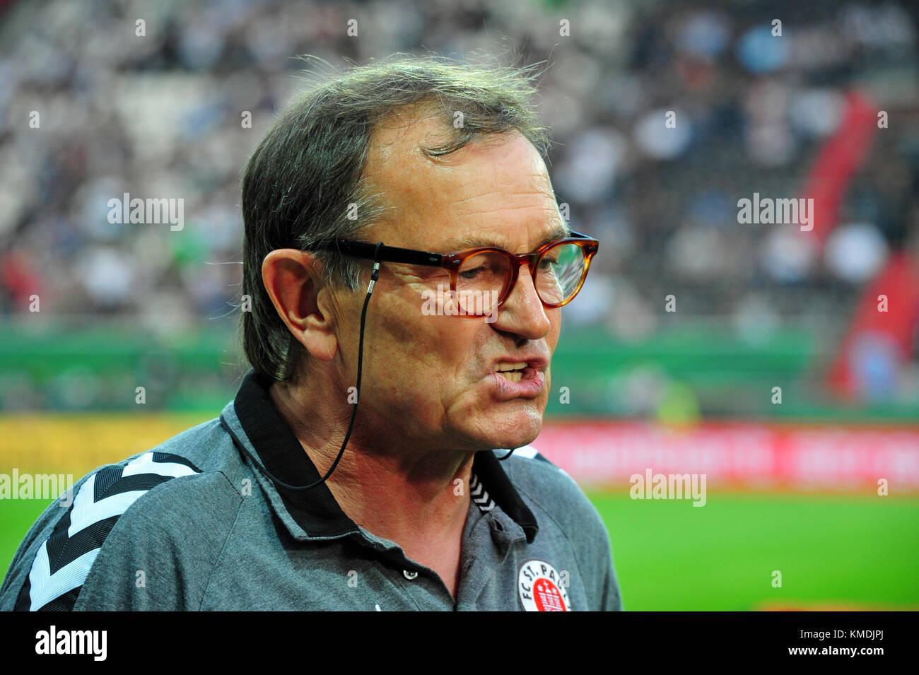 FC St. Pauli vs. Borussia Moenchengladbach, DFB-Pokal: EUROPA, DEUTSCHLAND, HAMBURG, 10.08.2015: FCSP Trainer Ewald - Stock Image