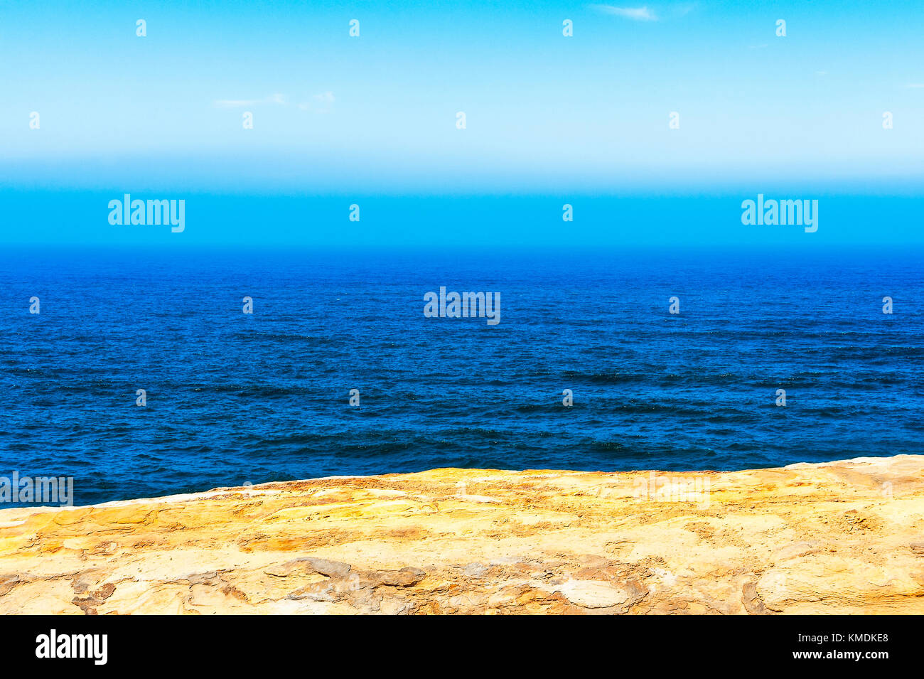 A minimalist view of the Pacific Ocean from on top the sandstone cliffs of Cape Kiwanda in Pacific City on the Oregon - Stock Image