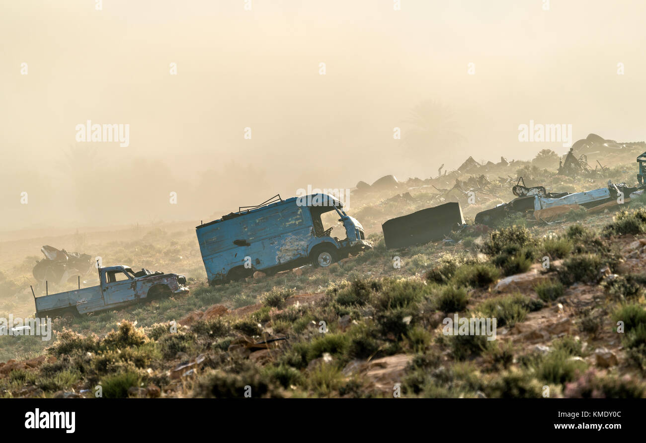 Broken down abandoned rusty cars in the Tunisian countryside. Tataouine, North Africa - Stock Image