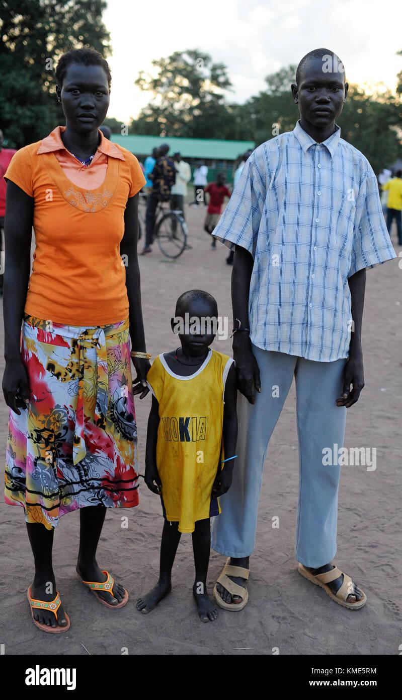 SOUTH SUDAN, Lakes State, village Mapuordit, Dinka family with child / SUED-SUDAN, Bahr el Ghazal regio , Lakes - Stock Image