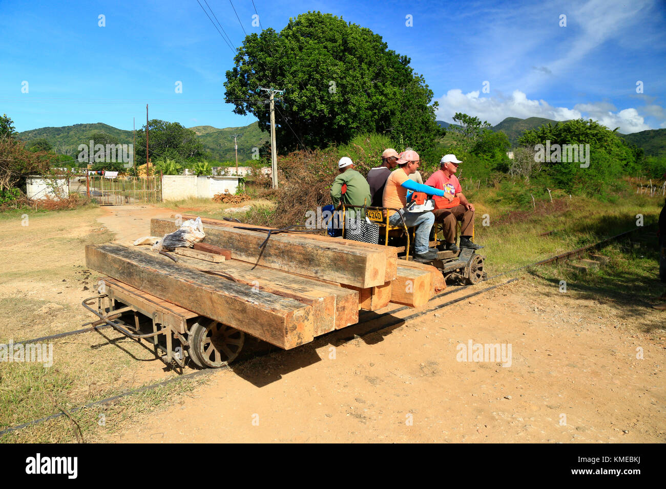 Cuban workers going out to install new railroad ties on train tracks from Trinidad to Valle de los Ingenios - Stock Image