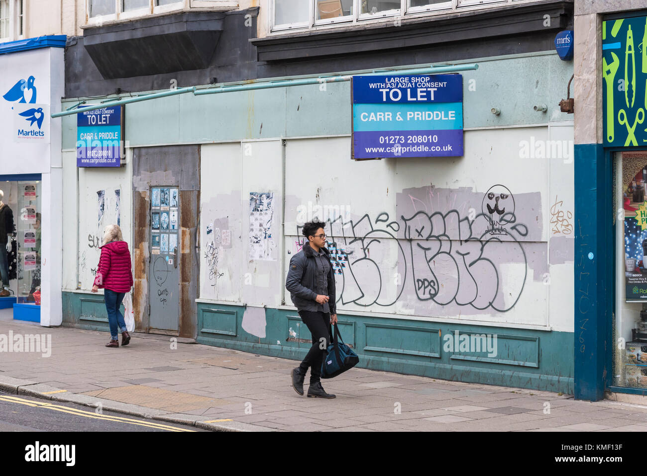 Large shop to let with 'to let' signs outside in a city in the UK. - Stock Image