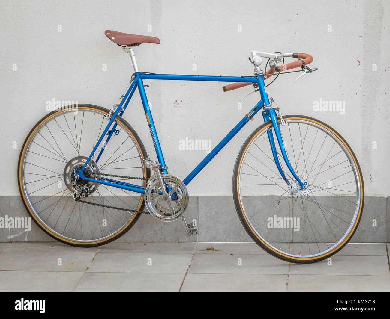 Retro styled bicycle in front of wall - Stock Image