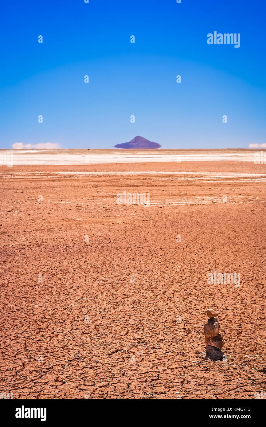 Dry and desolate landscape near Salar de Uyuni in the southern part of bolivian Altiplano, Bolivia, South America - Stock Image