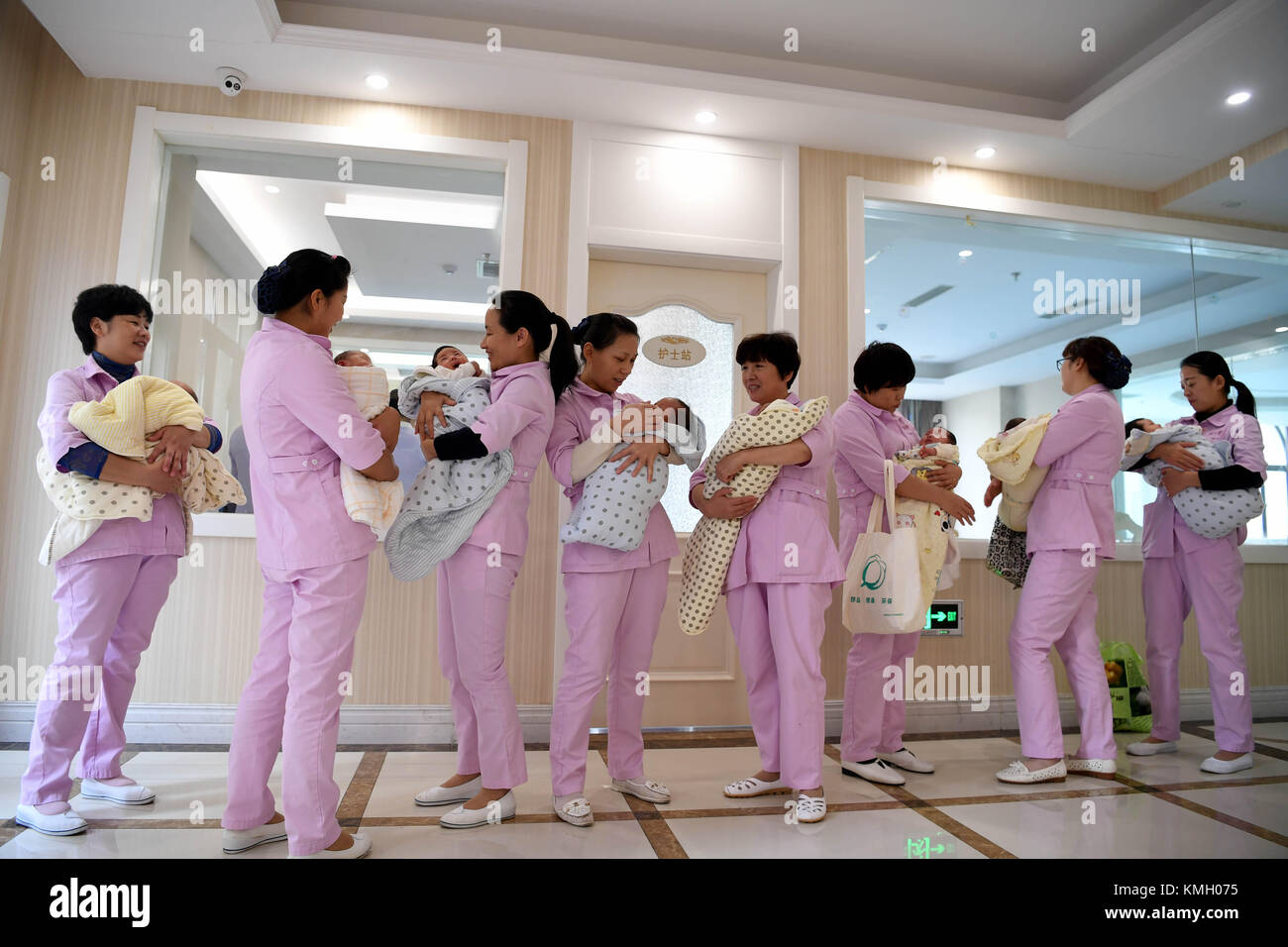 Hefei, China's Anhui Province. 1st Dec, 2017. Staff members take care of babies in a postnatal confinement center - Stock Image