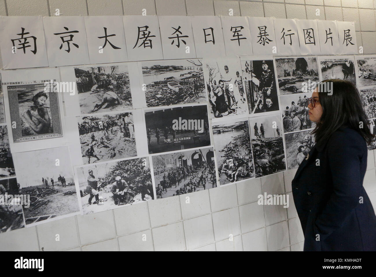 Vancouver. 12th Dec, 2017. A resident watches the historical photos during the mourning ceremony of the Nanjing - Stock Image