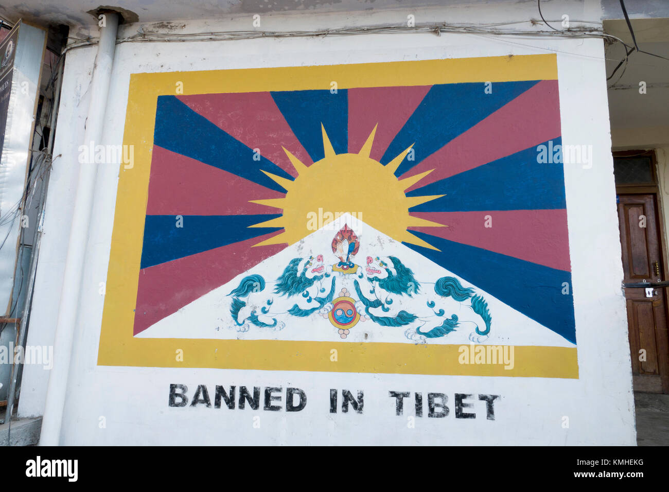 Painting of Tibet flag on wall in Mcleod Ganj, India. Flying the Tibetan flag is banned in Tibet. - Stock Image