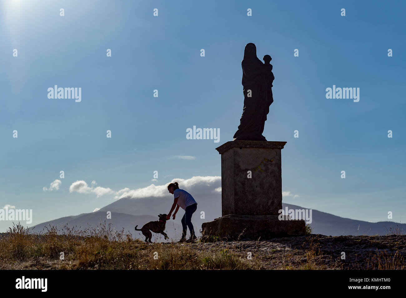 France. Vaucluse (84). Vaison La Romaine. Statue of the Virgin Mary and Mount Ventoux in the background - Stock Image