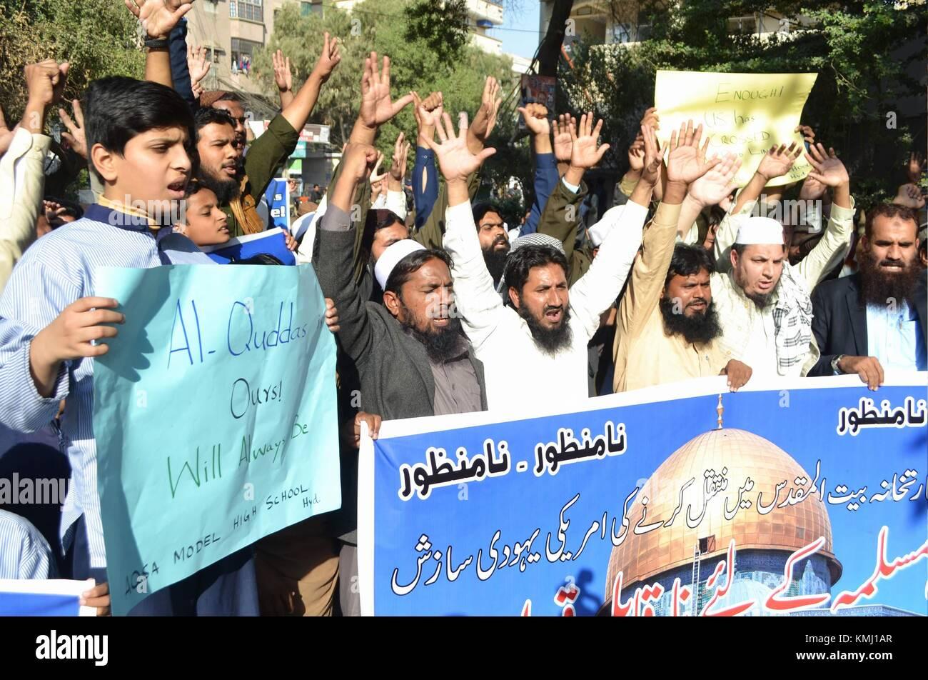 Hyderabad, Pakistan. 07th Dec, 2017. Supporters of Difa-e-Pakistan Council (Defense of Pakistan Council) a coalition - Stock Image