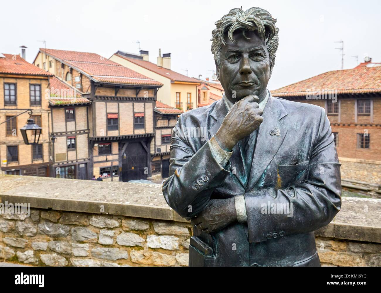 Ken Follet Statue looking at the Cathedral of Santa Maria. Vitoria-Gasteiz, çlava, Basque Country, Spain, Europe - Stock Image