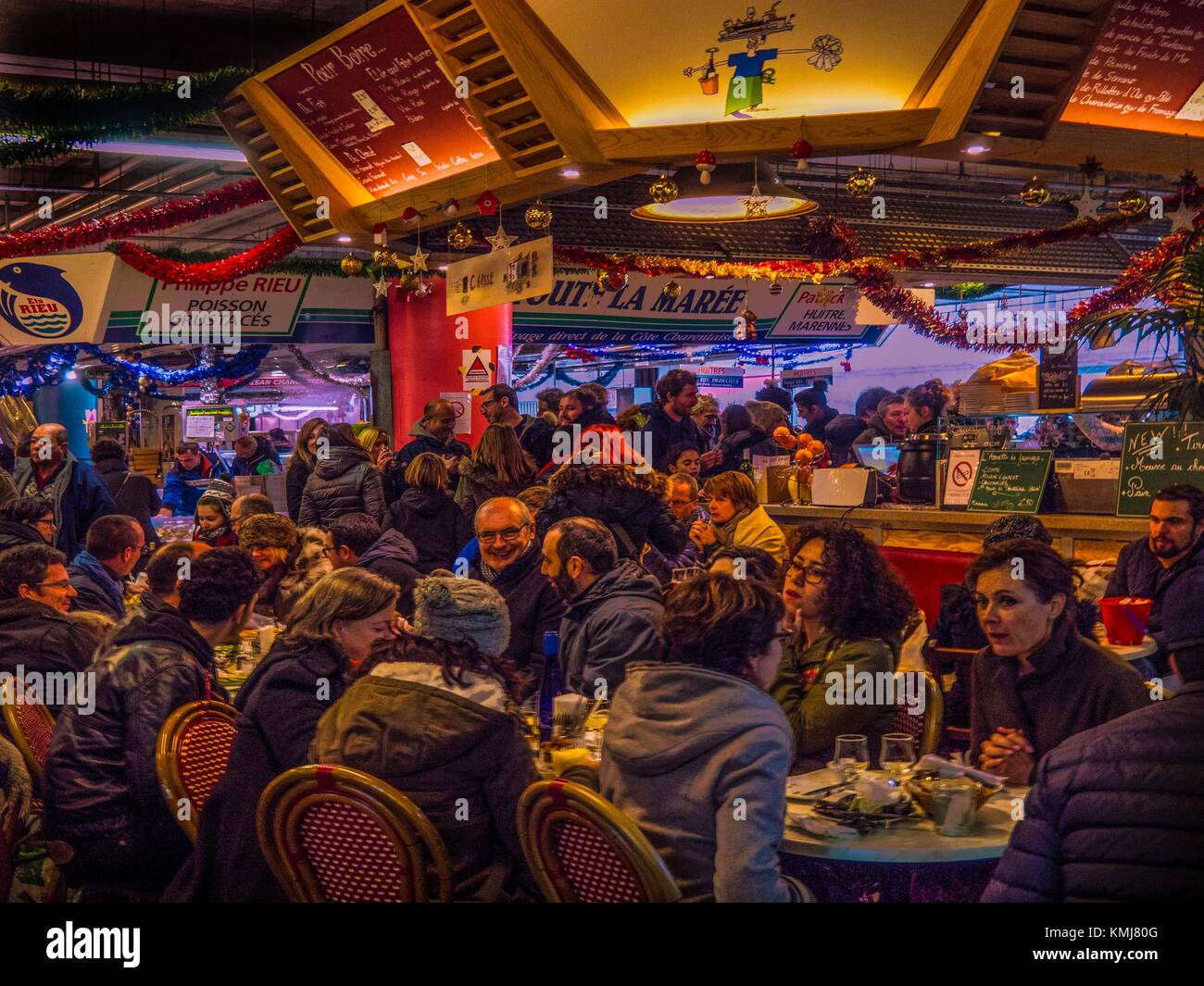 France. Nouvelle Aquitaine. Gironde. 'Chez Jean Mi' Oysters bar at the Capucins´s market, at Bordeaux. - Stock Image