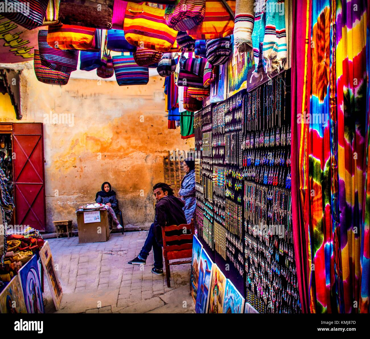 Morocco, Fes, souvenir stands at Talaá Srigha, in the ''Medina'' (old part) of Fes. - Stock Image