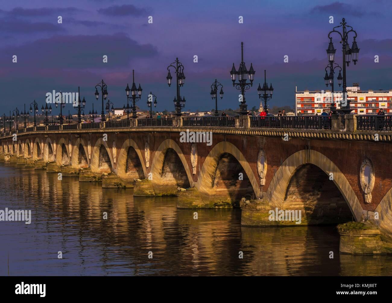 France. Grande Aquitaine. Gironde. 'Pont de pierre' bridge over the Garonne river, at Bordeaux. - Stock Image