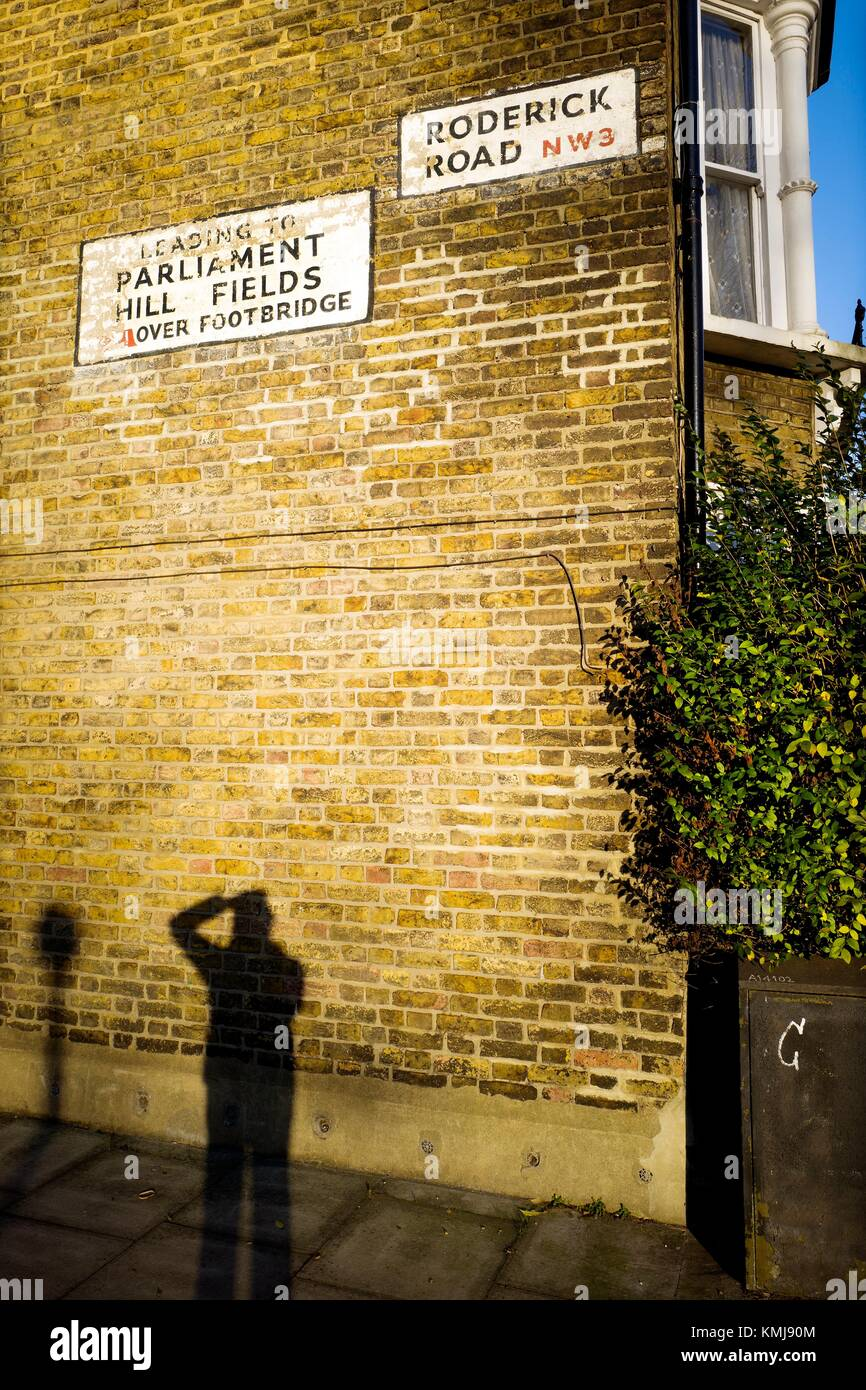 Facade of a single-family house with ´RODERICK ROAD NW3´ ´Leading to PARLIAMENT HILL FIELDS Over - Stock Image
