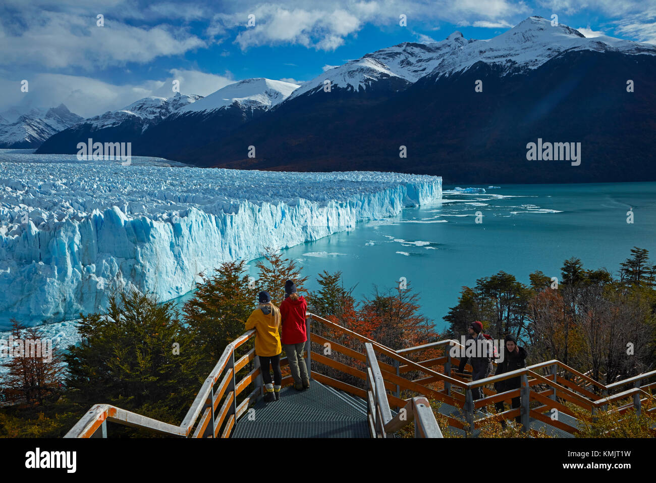 Tourists on walkway and Perito Moreno Glacier, Parque Nacional Los Glaciares (World Heritage Area), Patagonia, Argentina, - Stock Image